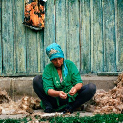 Workshopteilnehmerin beim Schurwolle reinigen