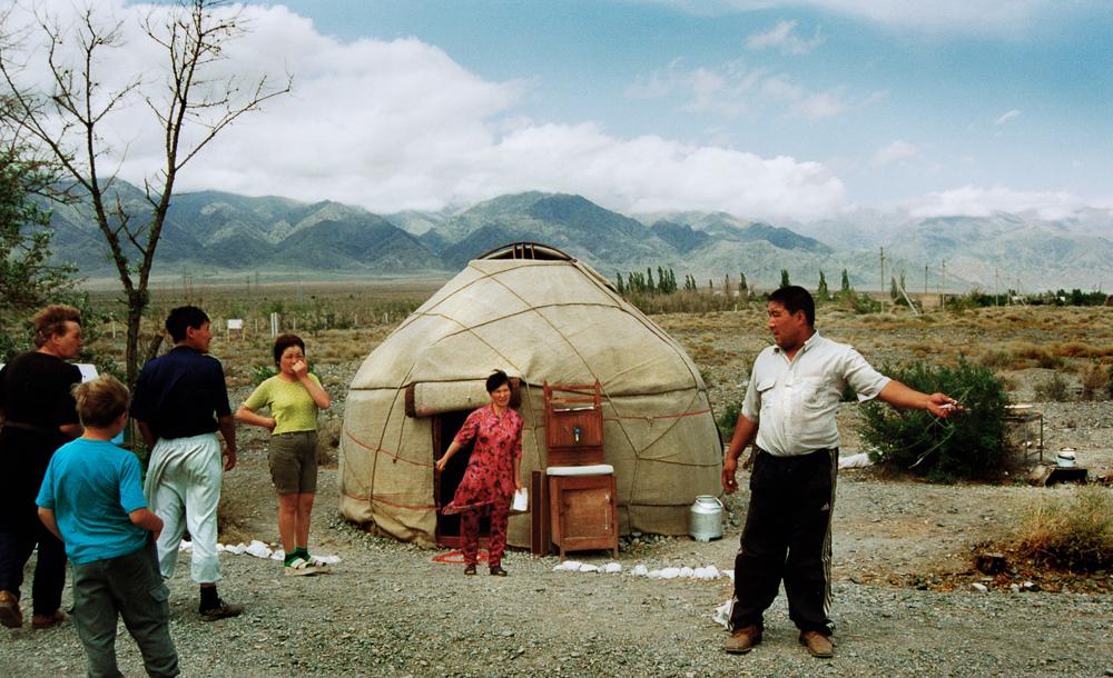 Halbnomaden vor ihrer Yurte
