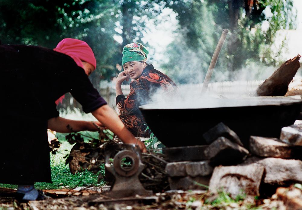 Workshopteilnehmerin beim Heißwasser Kochen für das Filzen