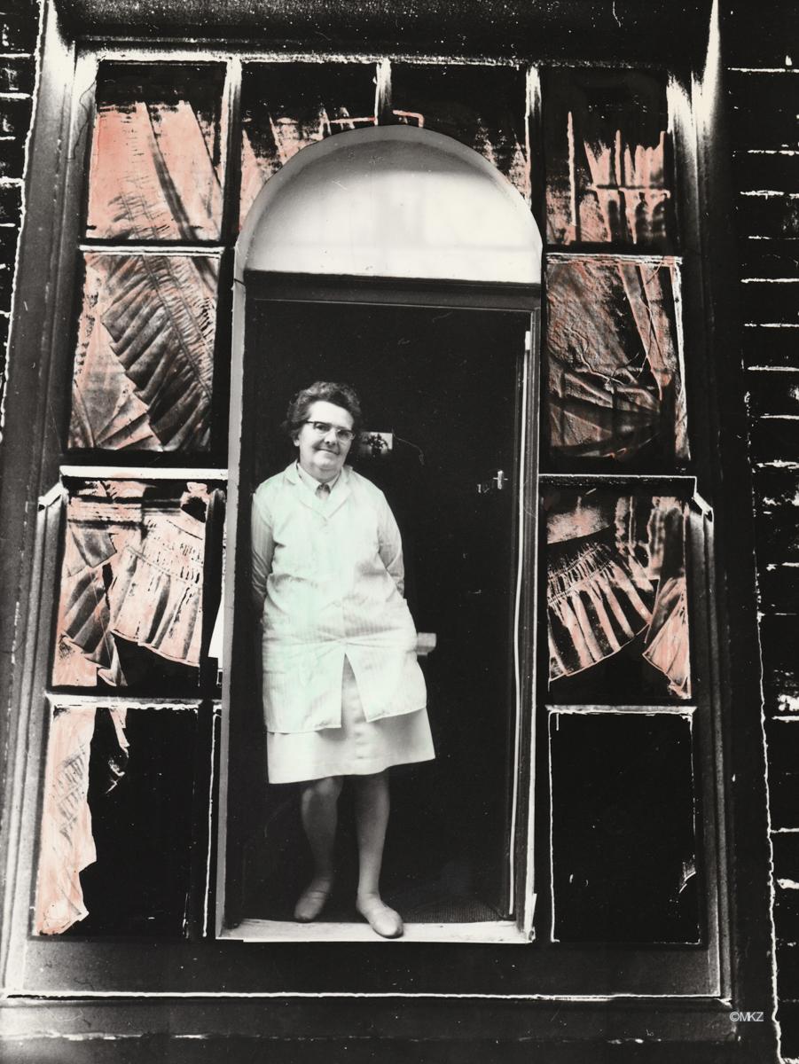 Housewife on Doorstep, coloriert